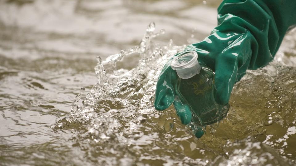 Probenahme am Fluss Bilina/ Wasserproben